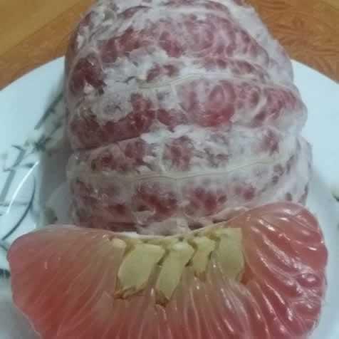 Bưởi đỏ Tân Lạc là vị thuốc quý chống lại mầm bệnh ung thư rất tốt.
